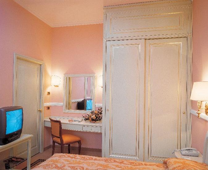Hotel Residence Romana, Meubles pour la chambre d'hôtel, lit, armoire, bureau avec miroir, meuble TV