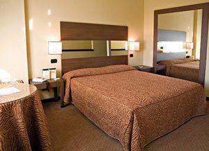 Motel King, Ameublement complet pour chambre d'hôtel, de style moderne