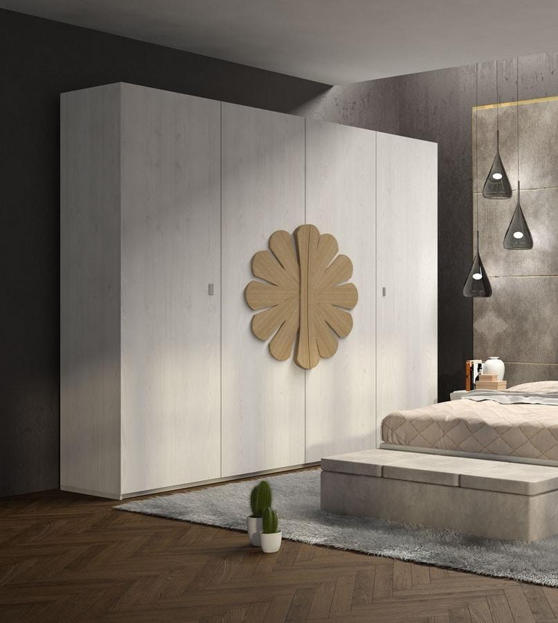 La Nuit armoire, Armoire en bois à décor floral