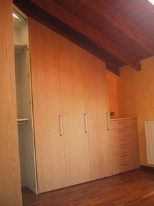 Armoire d'angle de sous-toiture chambre, Placard pour le grenier, angulaire, sur mesure