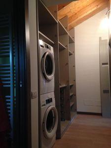 Armoire dans le couloir dans le grenier, Meubles sur mesure pour le grenier, avec un espace pour laveuse et sécheuse