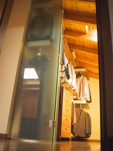 Cabine vestiaire pour le grenier 02, Cabine vestiaire avec portes coulissantes en verre, pour le grenier