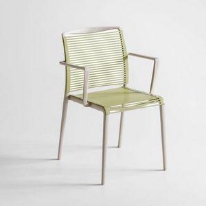 Avenica, Chaise design en polymère avec accoudoirs intégrés