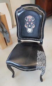 Art. 66, Chaise en cuir imprimé et décoré