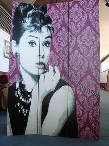 Art. 160, Écran avec Audrey Hepburn illustré