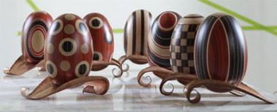 La Vita, Compléments de différents bois colorés et incrusté à la main