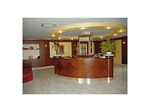 Hotel Imperiale, Réception pour l'hôtel, fait de bois précieux
