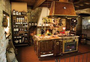 Art. 509, Cuisine équipée en bois, à l'ancienne, hotte de cuivre