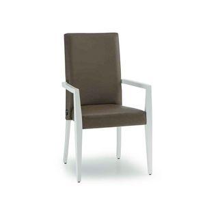 C62, Chaise en bois avec accoudoirs