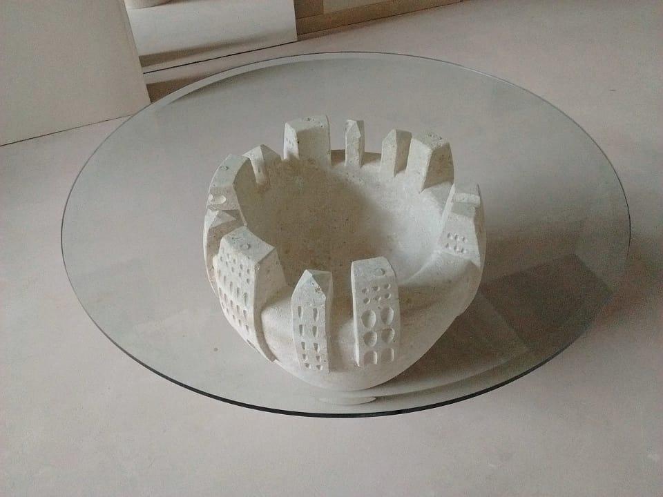 Gaia, Table basse en pierre sculpté et décoré
