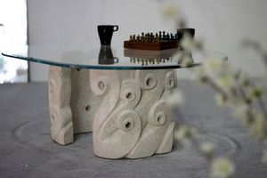 Levante, Table basse pour salon, avec une base en pierre sculptée, plateau ovale de cristal