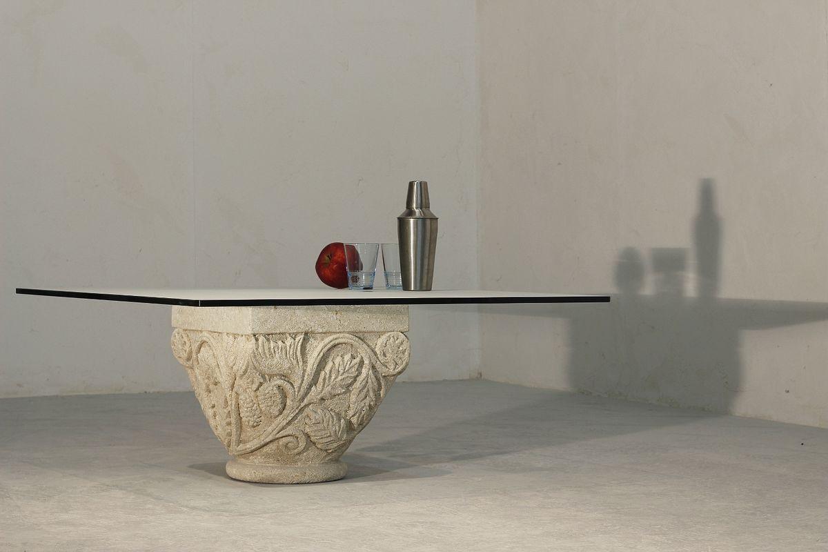San Romano, Petite table avec élégante sous-sol de pierre, des décorations artisanales
