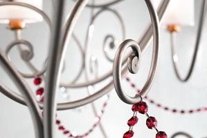 Anima chandelier, Lustre avec cadre en métal raffiné et pendentifs sw