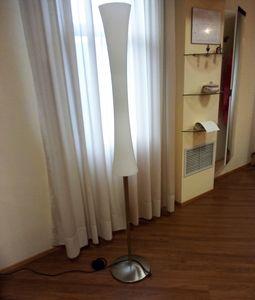 Lampadaire 01, Lampadaire avec diffuseur en verre blanc
