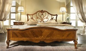 G 704, Lit en noyer avec tête de lit perforé, décorations érable