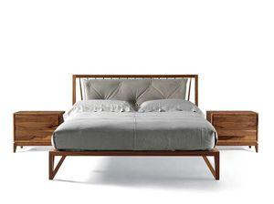 P-120, Lit en bois à courbure raffinée sur la tête de lit