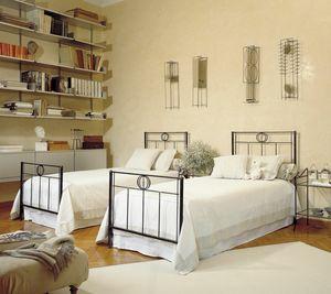 Louis, Lit en fer avec tête de lit décorée
