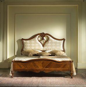 G 705, Lit avec tête de lit rembourrée et trou en forme de coeur