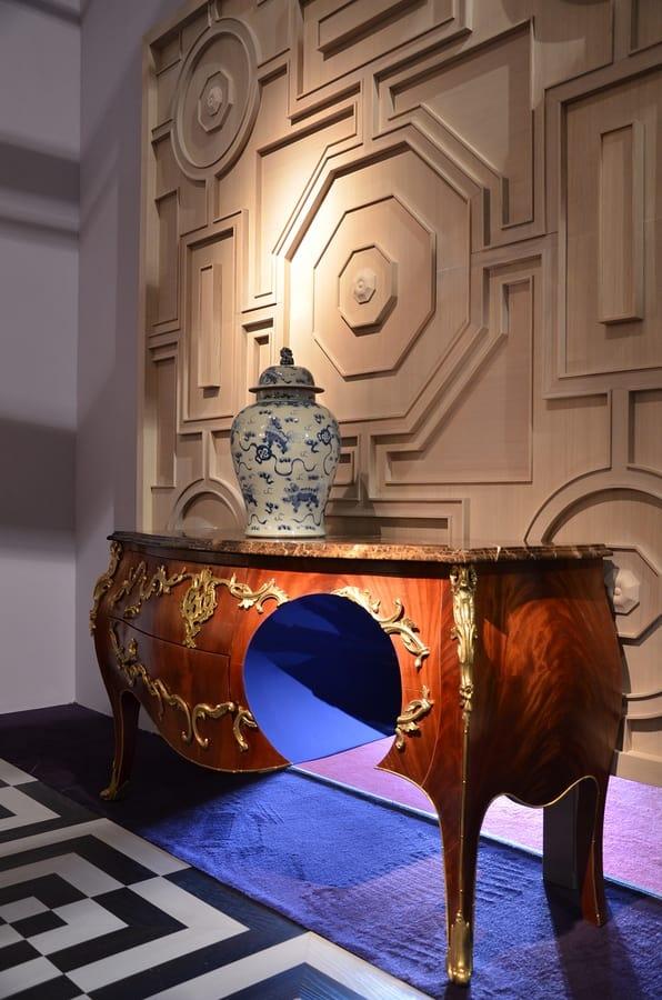 6705 (W)Hole, Commode Louis XV avec trou décoratif