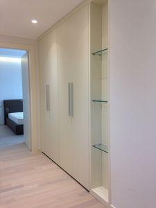 Closet pour couloir 01, Placard personnalisable pour couloir, avec des étagères en verre