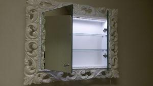 Memo miroir, Miroir laqué pour salle de bains avec étagères intérieures