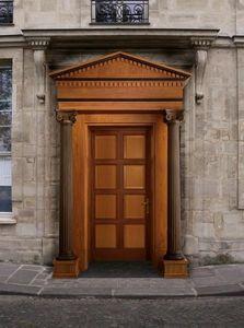 Giove, Porte d'entrée en bois avec des colonnes et des chapiteaux, sculptés par des maîtres artisans