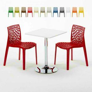 Table basse carrée blanche 70x70cm avec 2 chaises colorées à l'intérieur du bar GRUVYER COCKTAIL, Set de jardin avec table et chaises