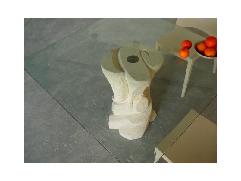 Mezzaluna quadro, Table avec pilier en pierre et plateau en verre