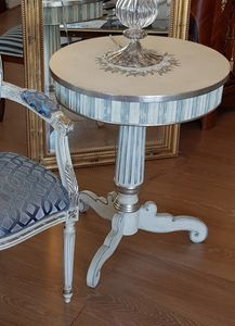 Art. 088, Table d'appoint � trois pieds, de style classique