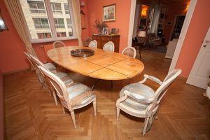 Table Cèdre, Table classique cèdre parfumé, avec des inserts en noyer