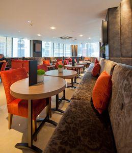 Radisson Hotel tables personnalisés, Tables de bar ovale, fait sur mesure pour l'hôtel Radisson