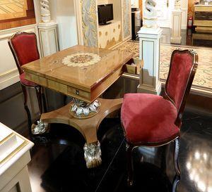 Petite table de jeu, Table de jeu avec dessus incrusté et base sculptée