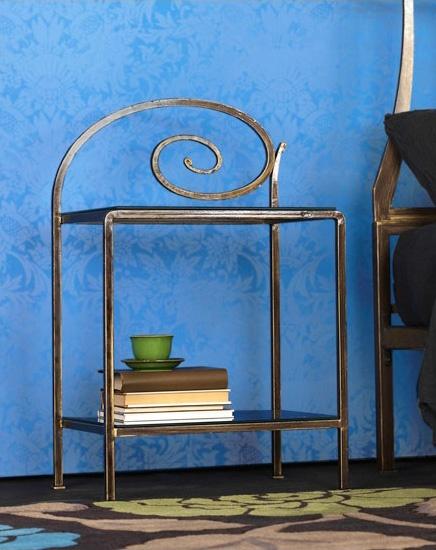 Capriccio Bedside Table, Nightstand en métal avec des décorations, pour chambre d'hôtel