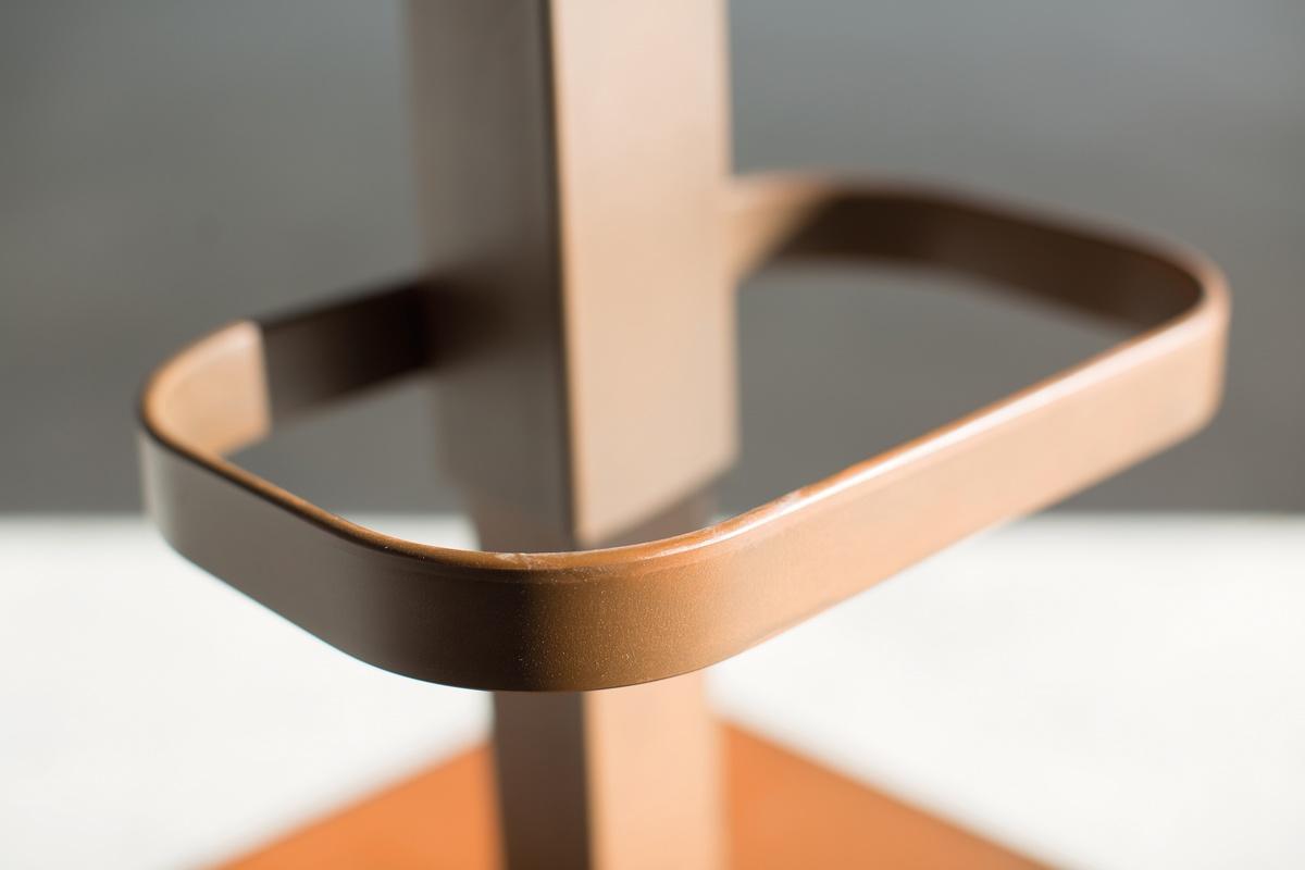 Riese tabouret métal, Tabouret avec levée réglable et base en métal carré