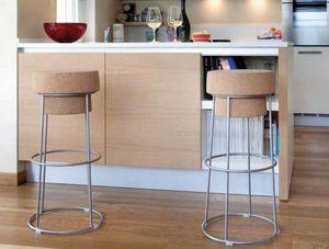 Busciomm-A, Tabouret avec assise ronde, en forme de bouchon de bouteille