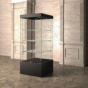 Museum MU/80, Vitrine avec étagères en verre